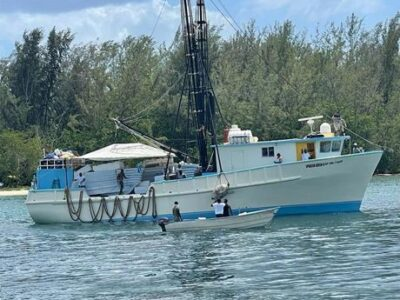 Rescatan a 25 personas de barco de pesca que se hundió próximo a la isla Beata